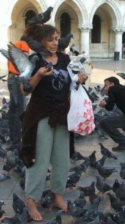 turista con piccioni a Venezia